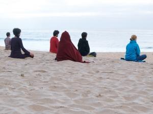 Meditation_sur_la_plage_500px-300x225